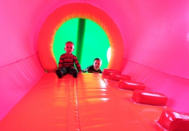 giganci-wipeout-planet-mali-giganci-tunel-kredki (1)